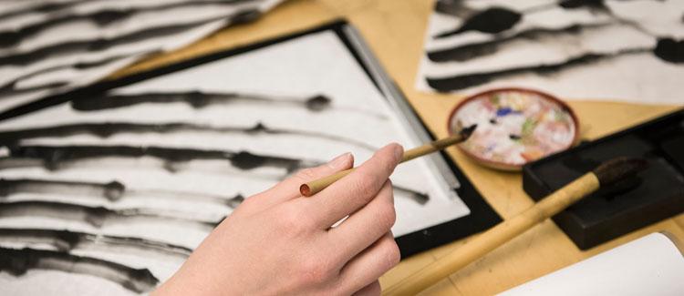 Close-Up Pinsel und Sumie-Kunstwerk