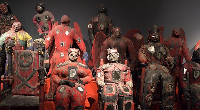 Eine Gruppierung von Vodou-Puppen