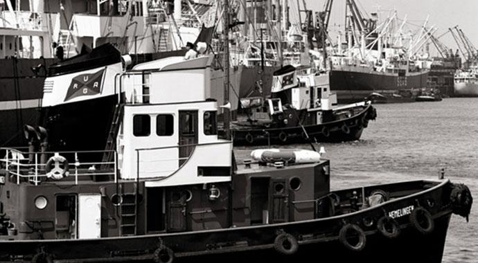 Historische Fotografie eines Hafens mit vielen Schiffen