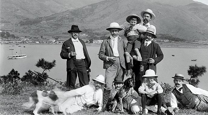 Historisches Foto, das eine Gruppe von Männern zeigt.