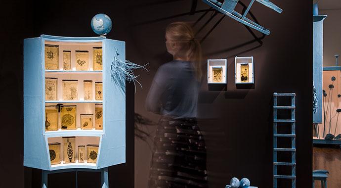 Besucherin betrachtet Kunstwerke