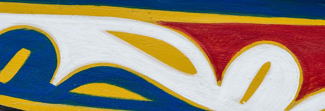 Ein Muster mit rot, gelb, weiß und blauen Farben