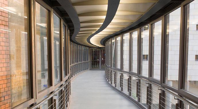 Brücke mit gläsernen Seitenwänden die vom Museum zum Übermaxx führt