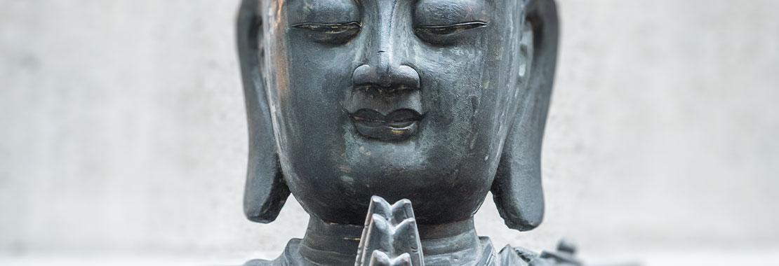 Buddhastatue mit aneinander gelegten Handflächen