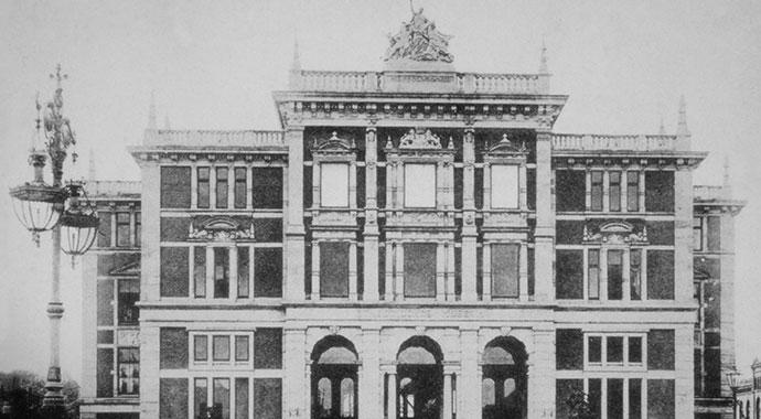 Schwarzweißfoto von der Fassade Museums