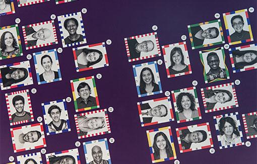 Portraitfotos von Frauen und Männern. Der Rahmen um die Fotos ist mit Elementen aus den Flaggen amerikanischer Länder hergestellt.