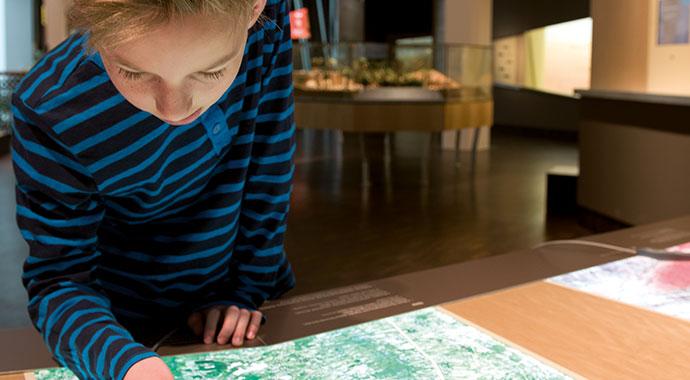 Ein Junge betrachtet eine Karte in der Afrika-Ausstellung.