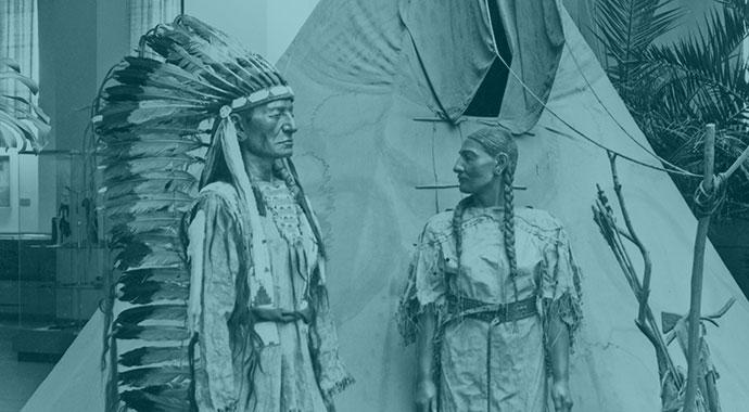 Ein Indianerpaar vor einem Zelt.