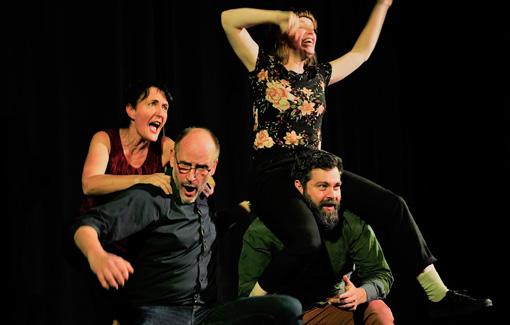 4 Personen spielen Theater